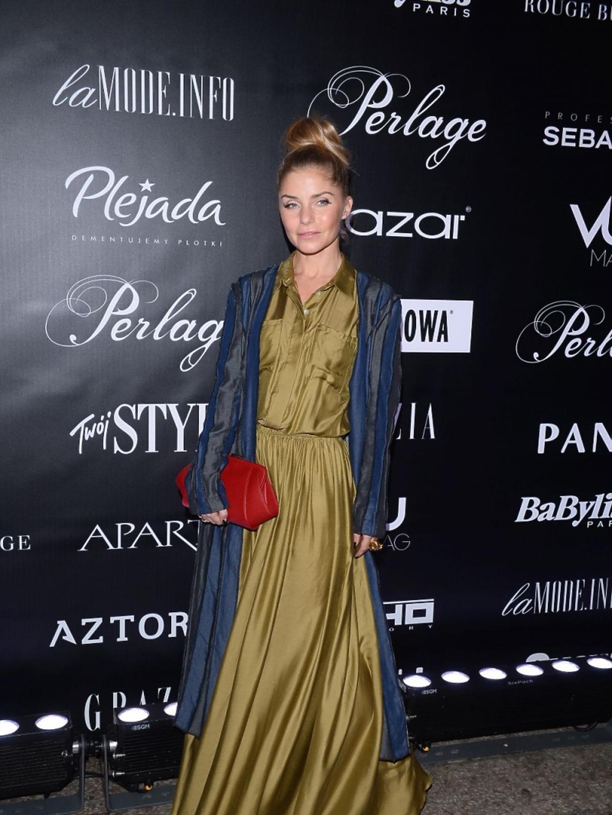 Ewa Szabatin w długiej sukni na pokazie mody