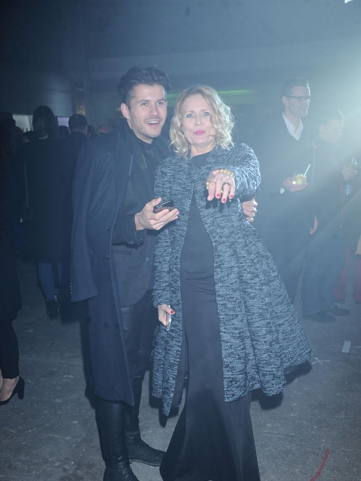 Grażyna Szapołowska w czarnej, satynowej sukience na pokazie Tomasza Ossolińskiego