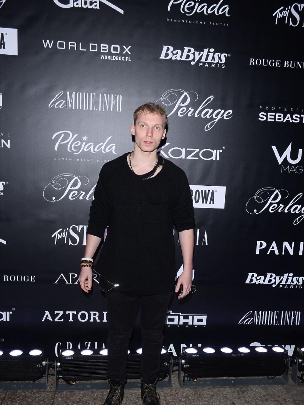 Igor Herbut w czarnej bluzce na pokazie mody