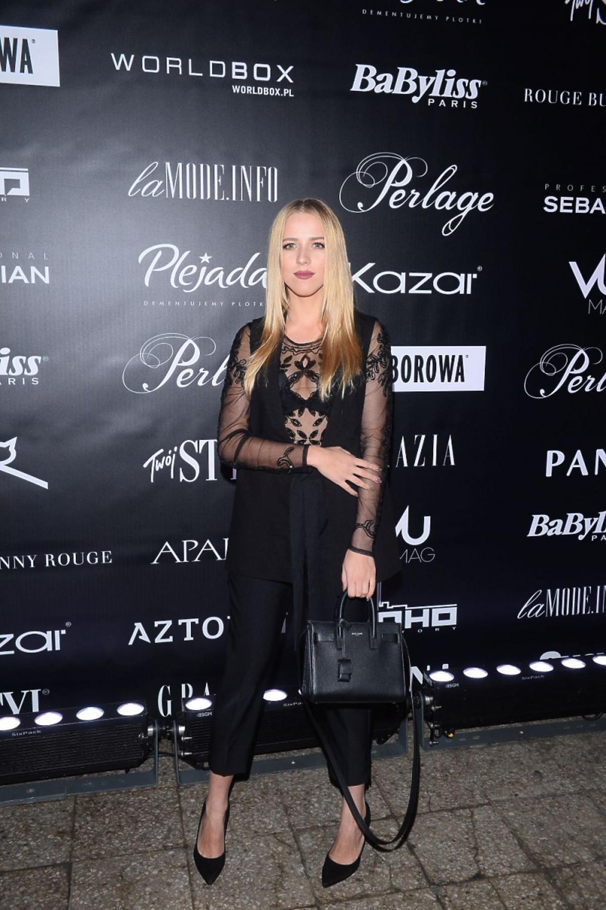 Jessica Mercedes pozuje do zdjęć na pokazie mody