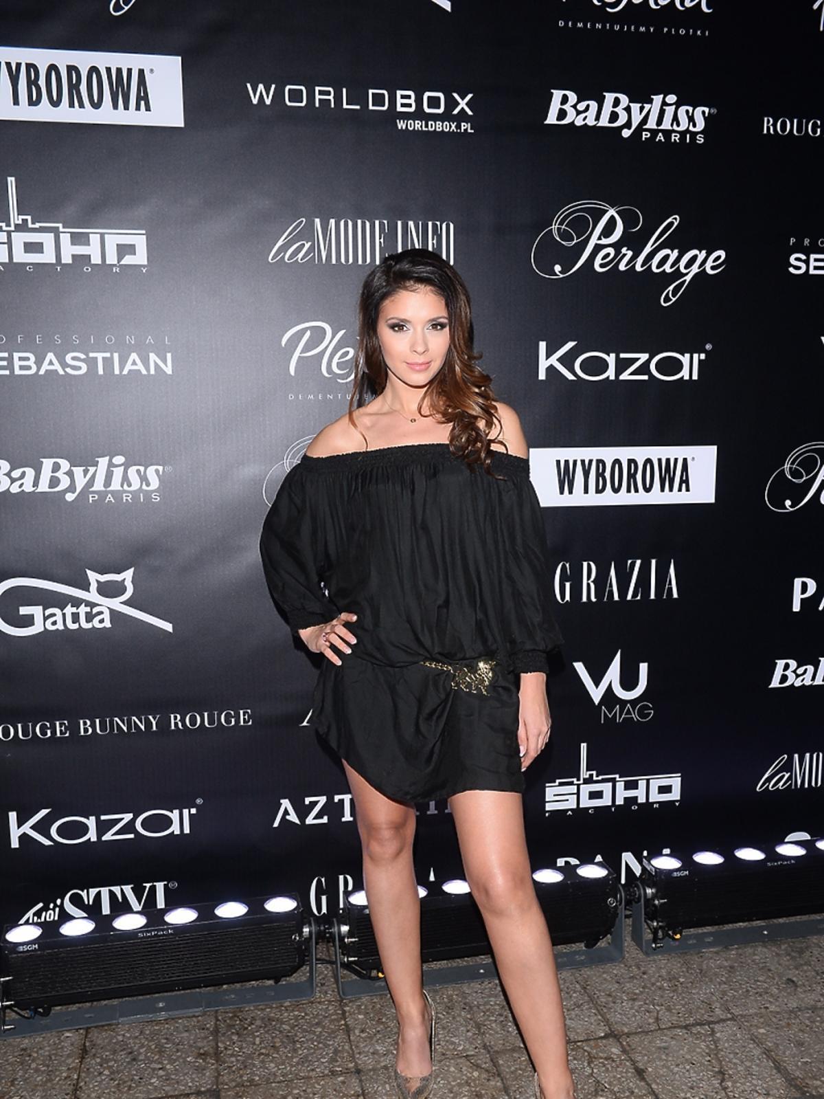 Kaludia Halejcio w czarnej mini na pokazie mody