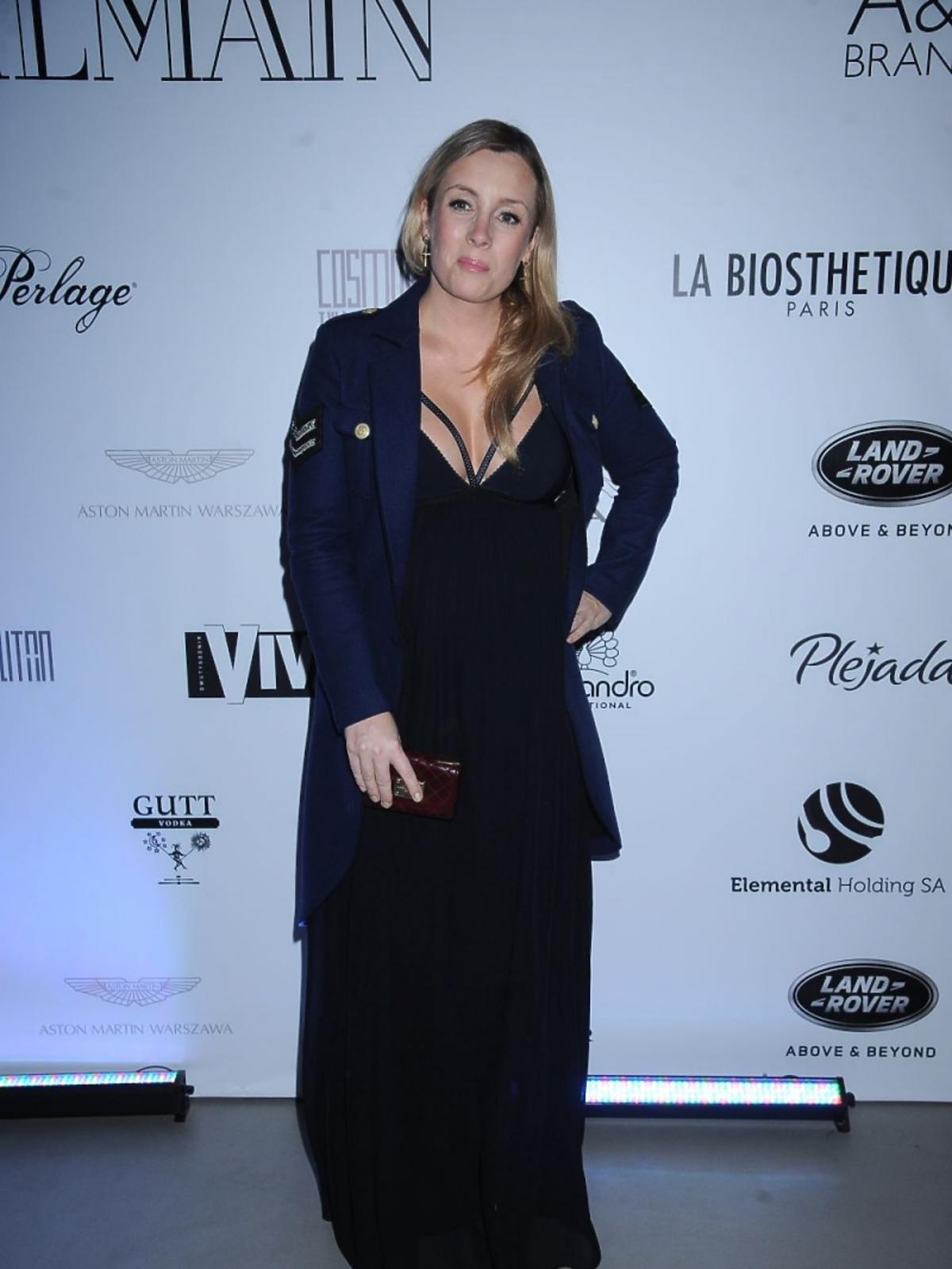 Karolina Ferenstein-Kraśko w czarnej sukience z dużym dekoltem