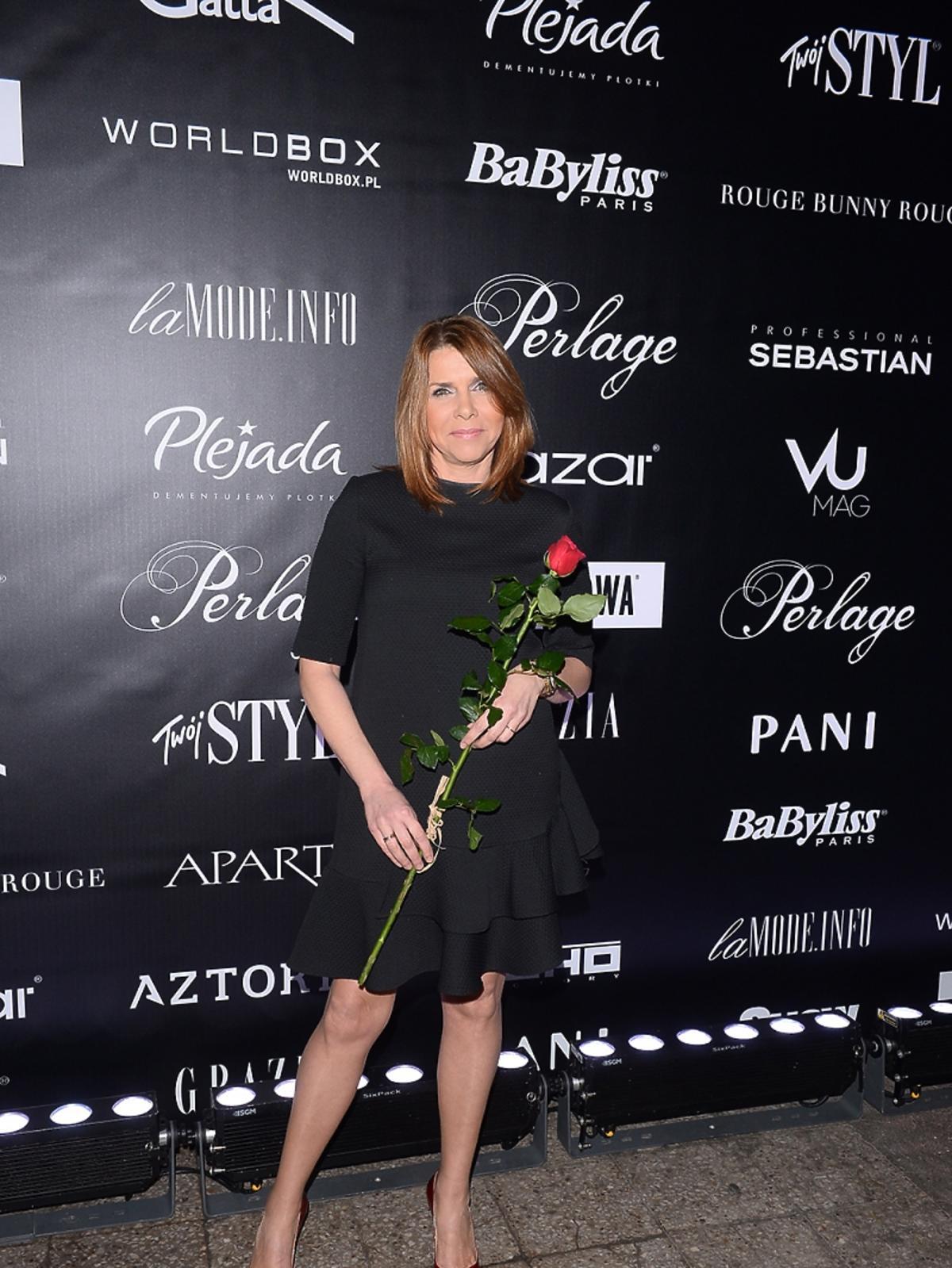 Karolina Kolenda-Zaleska w czarnej sukience na pokazie mody