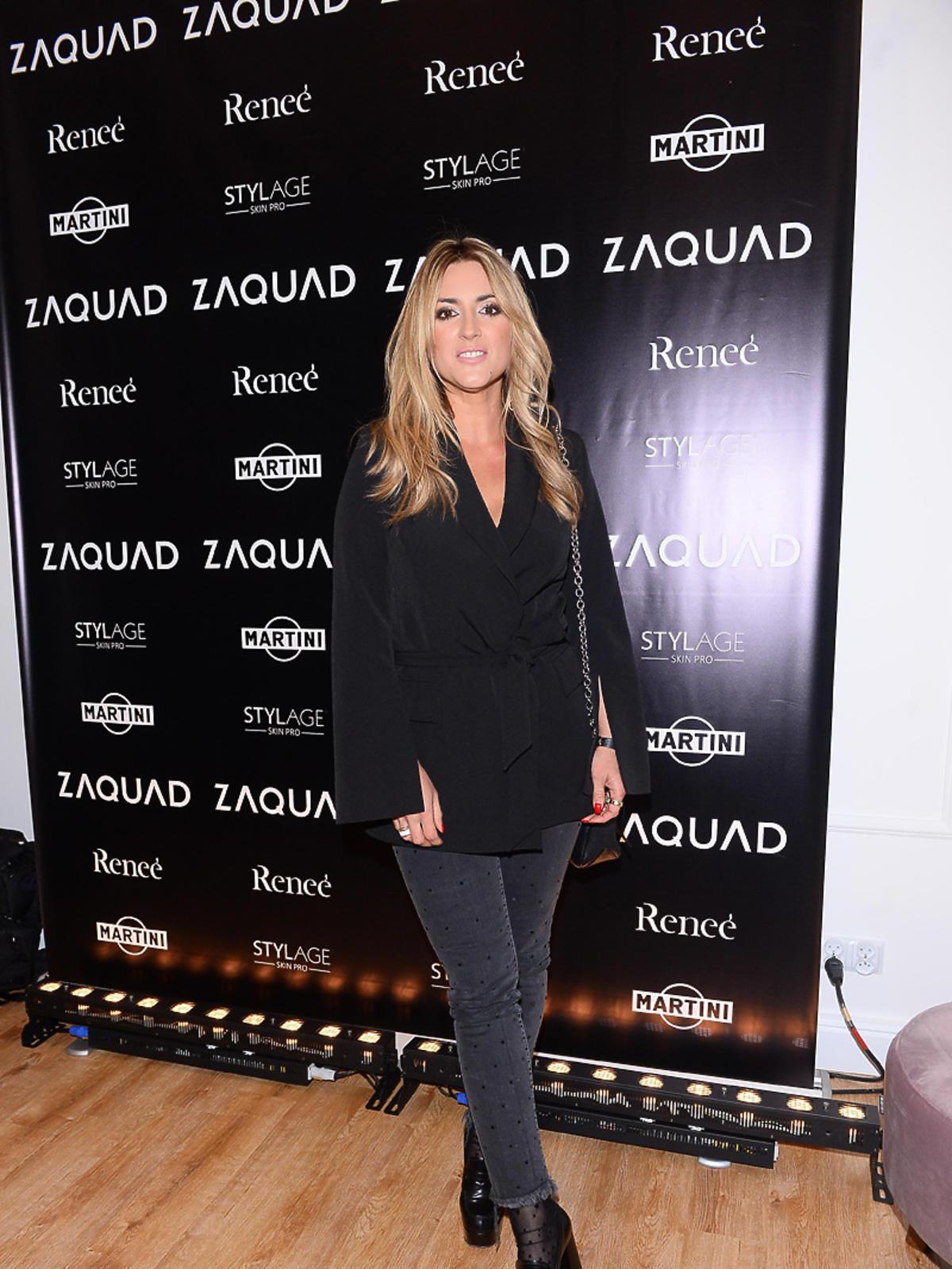 Karolina Szostak na imprezie Zaquad w czarnej bluzce i dżinsach