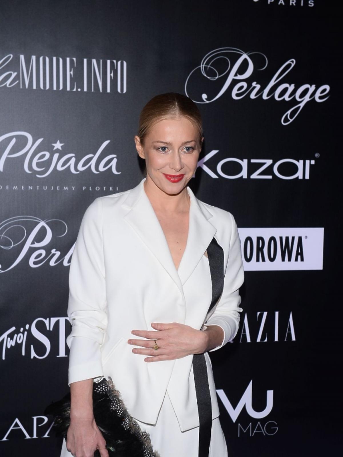 Katarzyna Warnke w białej marynarce na pokazie mody