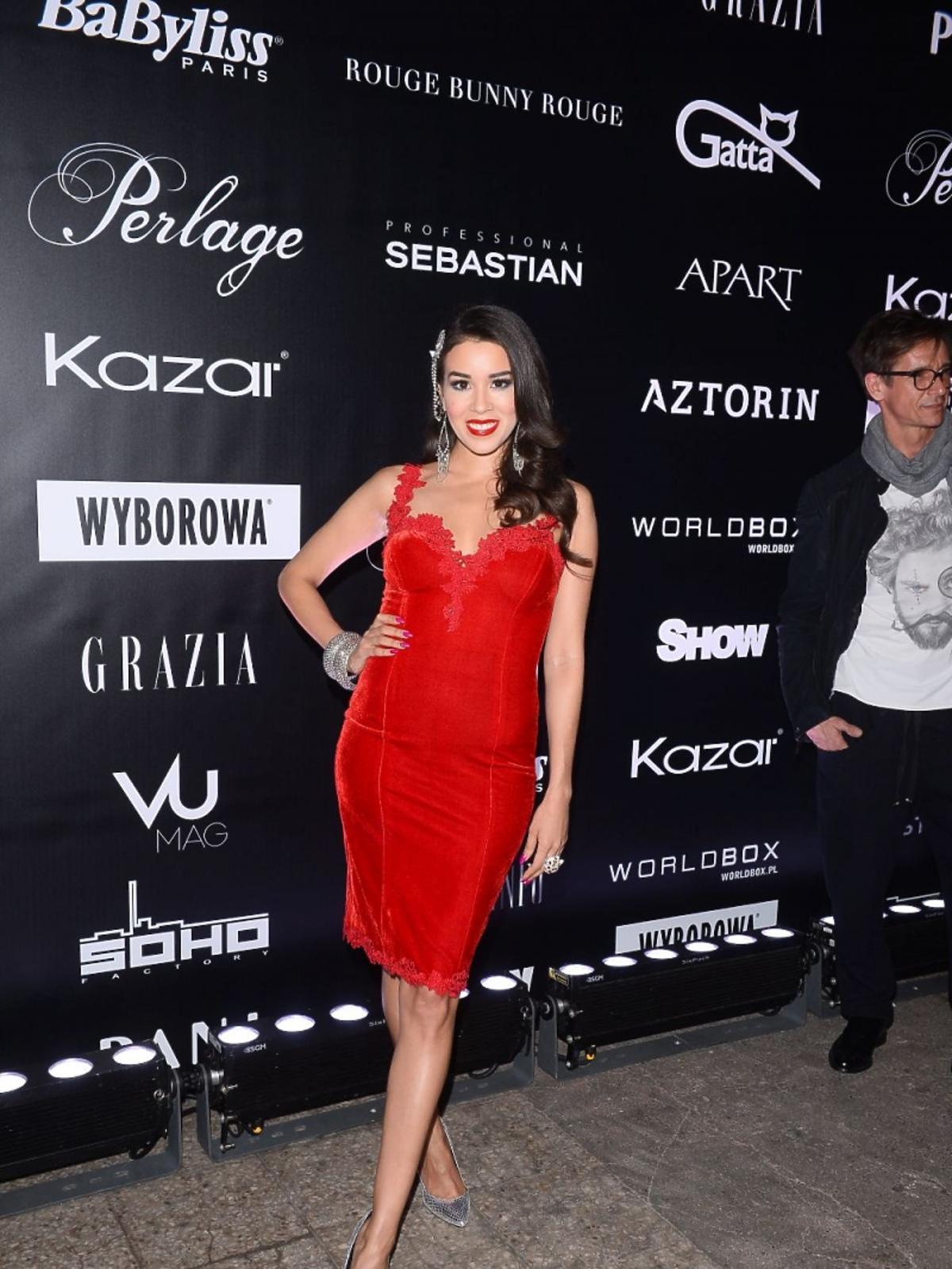 Macademian Girl w czerwonej sukience na pokazie mody