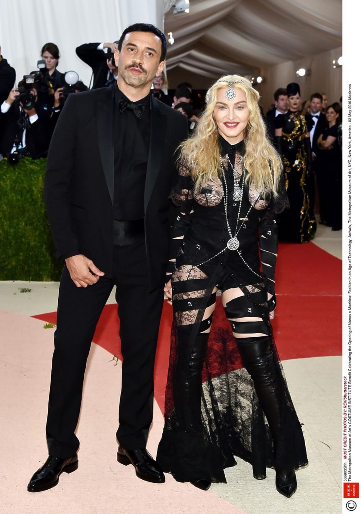 Madonna w odważnej powycinanej odsłaniającej pośladki sukni Givenchy