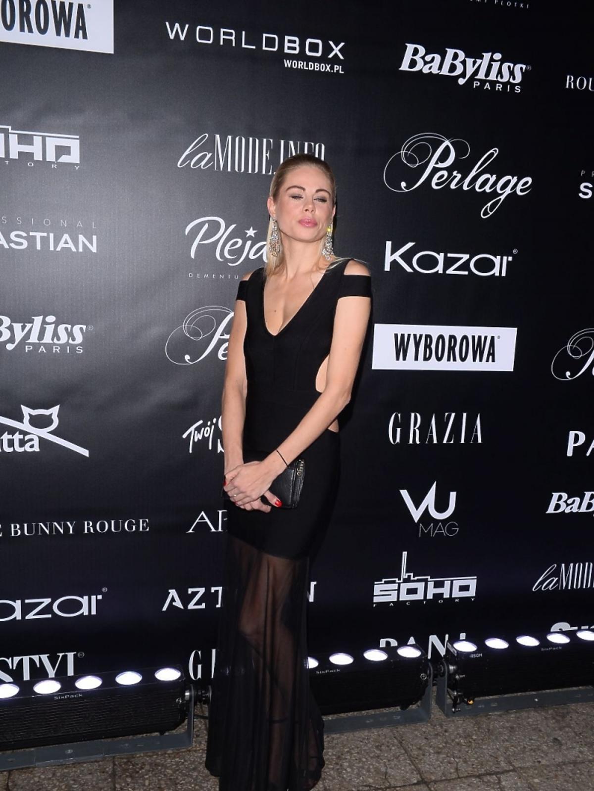 Magda Modra w czarnej sukience na pokazie mody