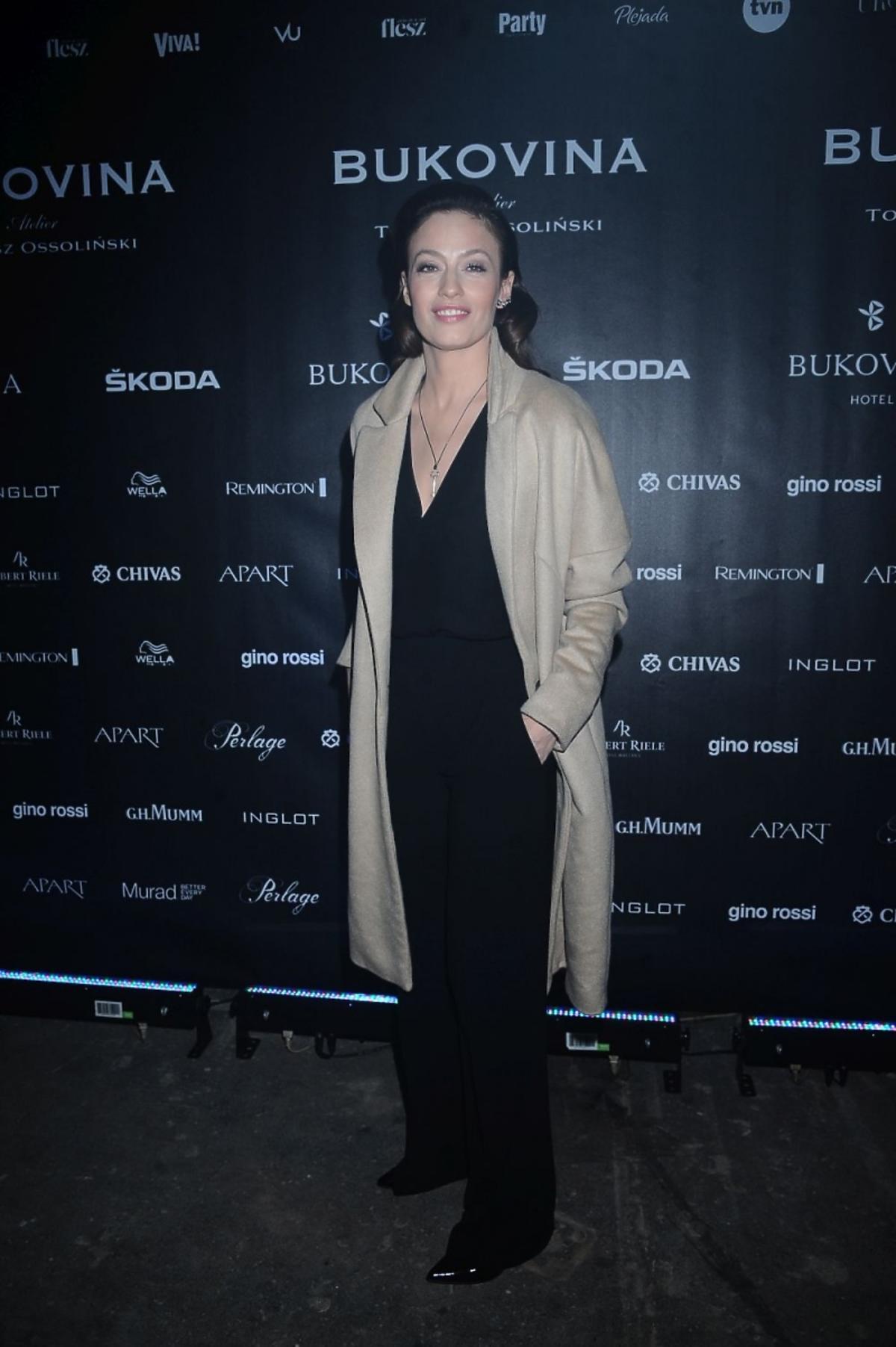 Magdalena Różczka w czarnym kombinezonie na pokazie Tomasza Ossolińskiego