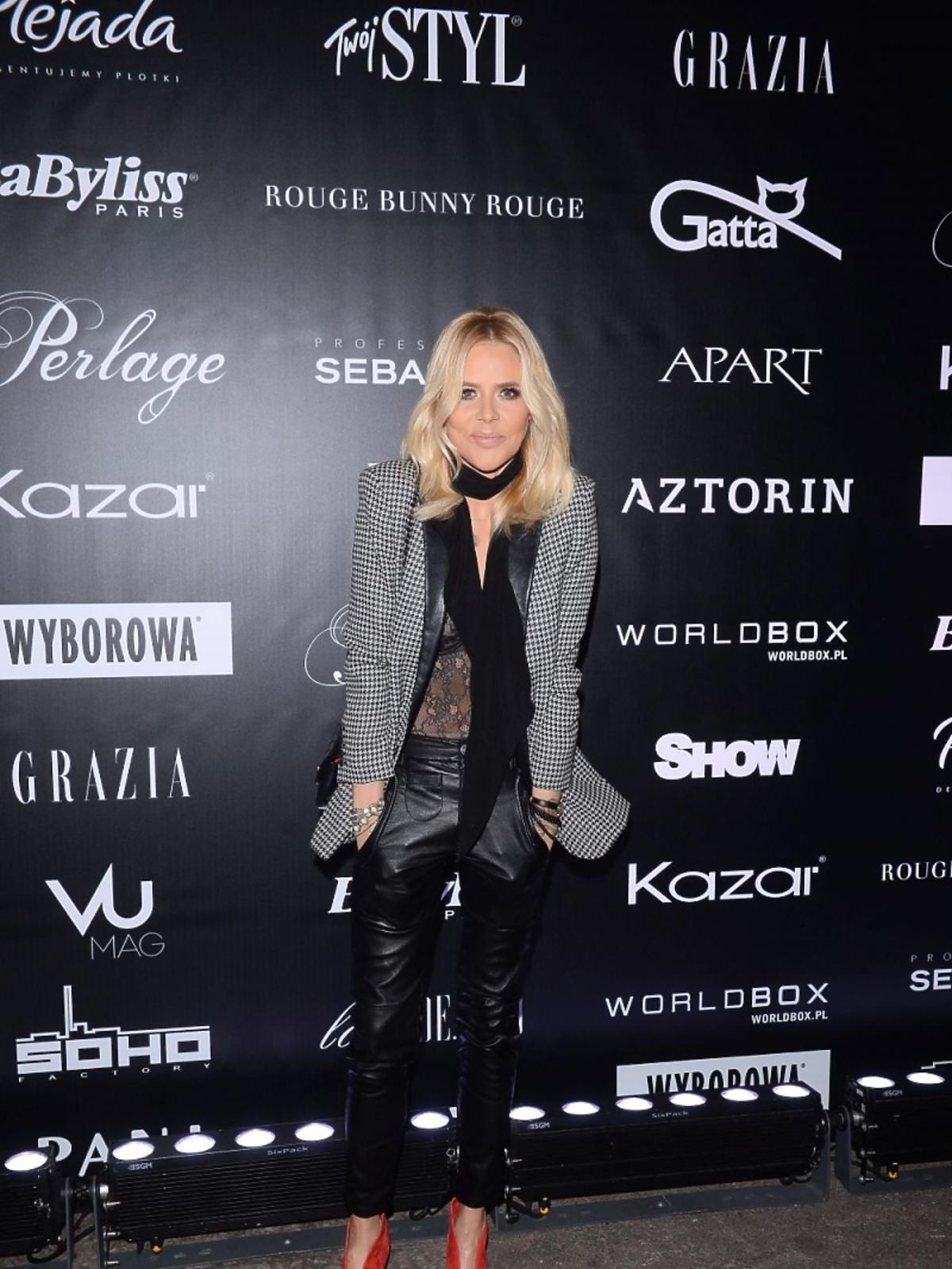 Maja Sablewska w szarej marynarce, skórzanych spodniach