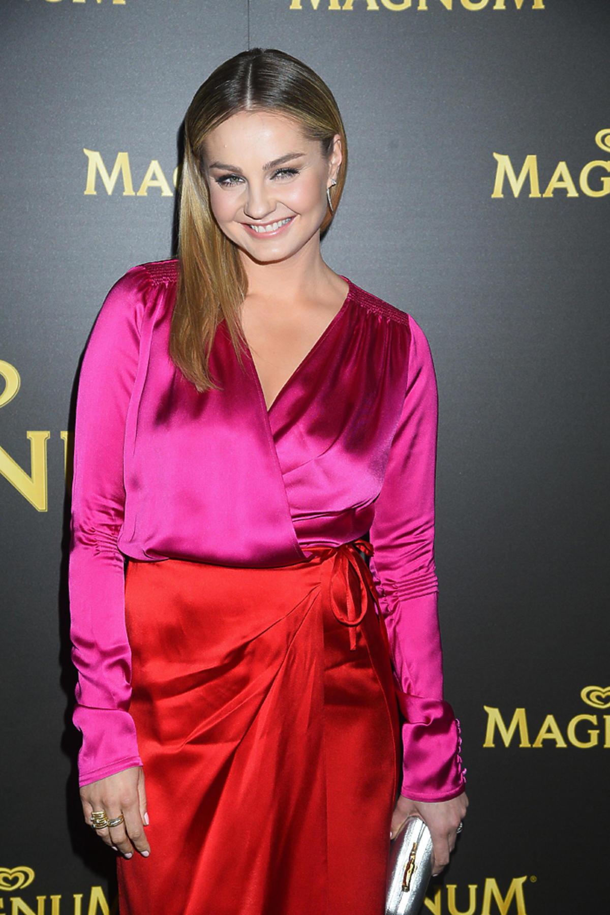 Małgorzata Socha  na pokazie mody marki La Mania  w satynowej stylizacji