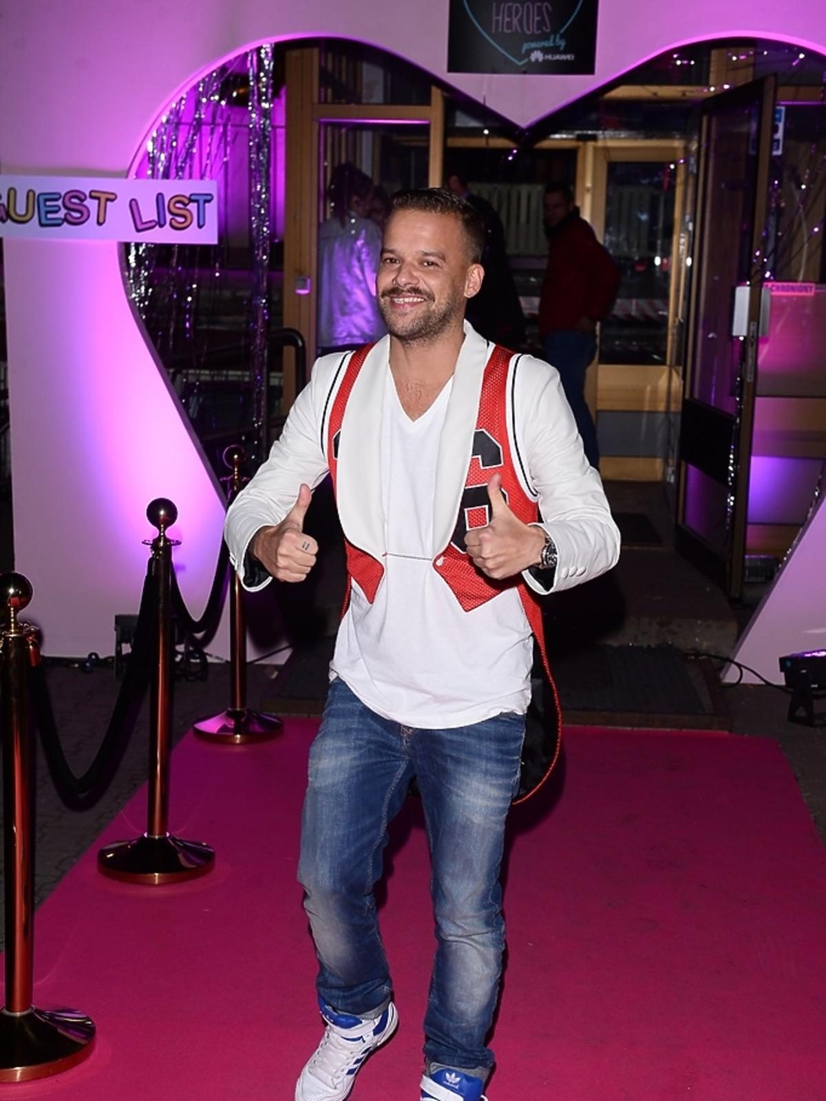 Michał Piróg w białej koszuli
