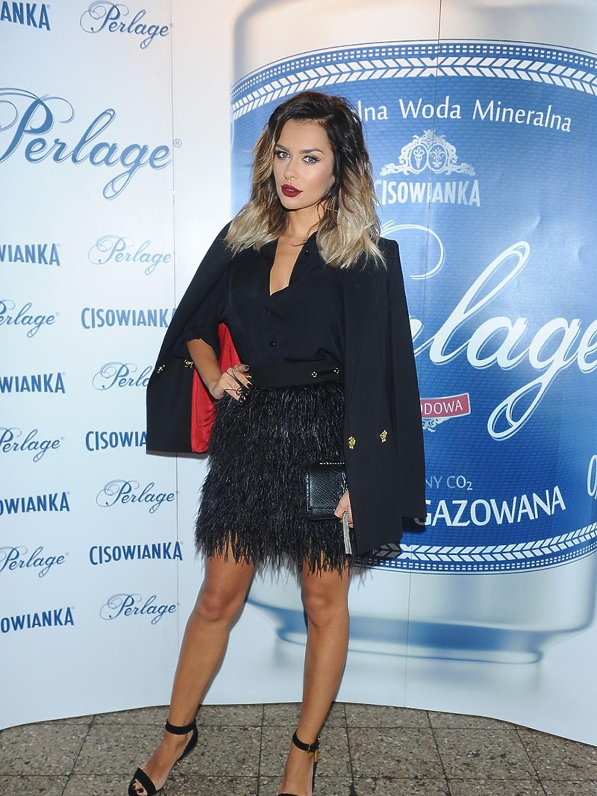 Natalia Siwiec w czarnej sukience z frędzlami na pokazie mody