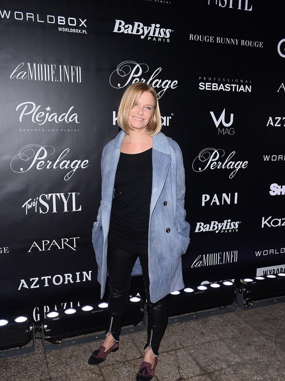 Paulina Młynarska w niebieskim płaszczu na pokazie mody