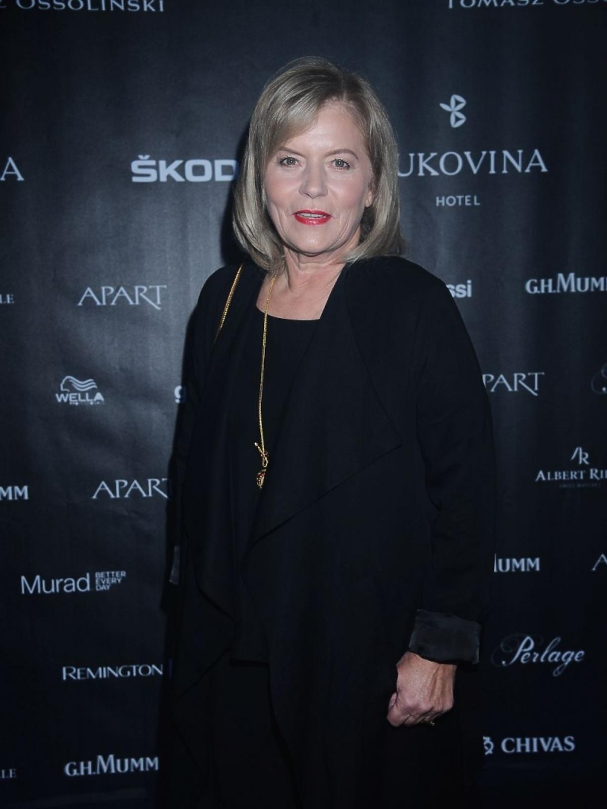 Teresa Rosati w czarnym płaszczu i złotym naszyjniku na pokazie Tomasza Ossolińskiego