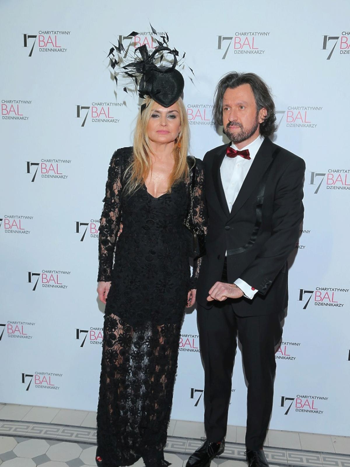 Monika Olejnik w czarnej sukience i stylowym toczku , Tomasz Ziółkowski pozują do zdjęć