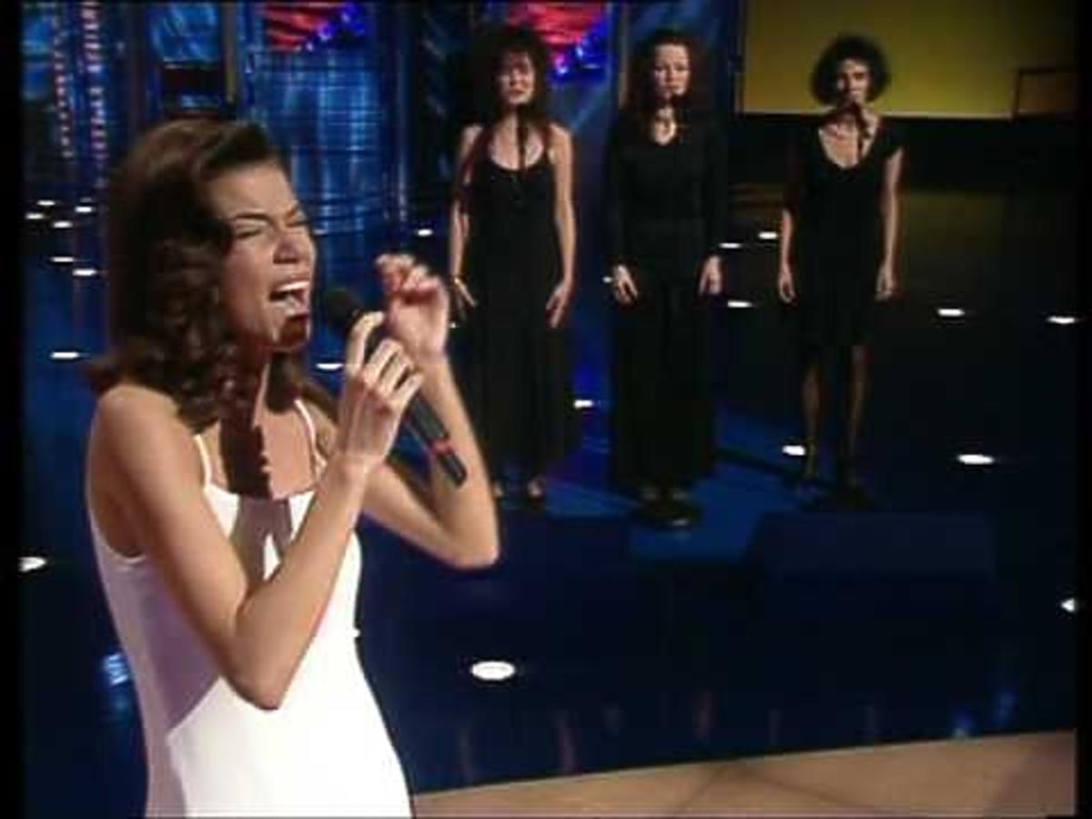Edyta Górniak śpiewa na scenie w Dublinie