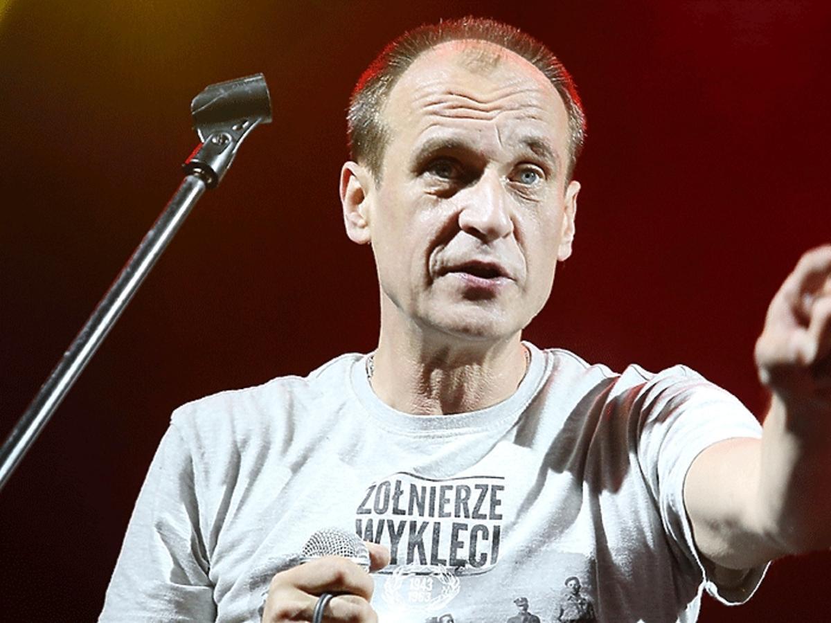 Paweł Kukiz na scenie z miktofonem