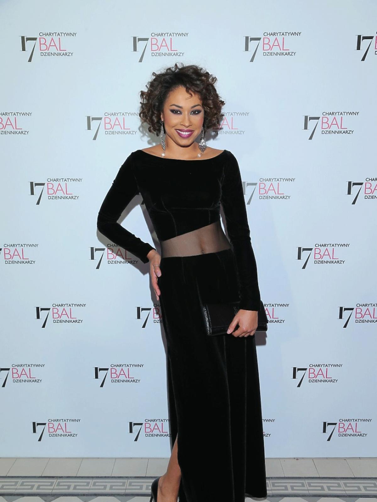 Omenaa Mensah w czarnej prześwitującej sukience