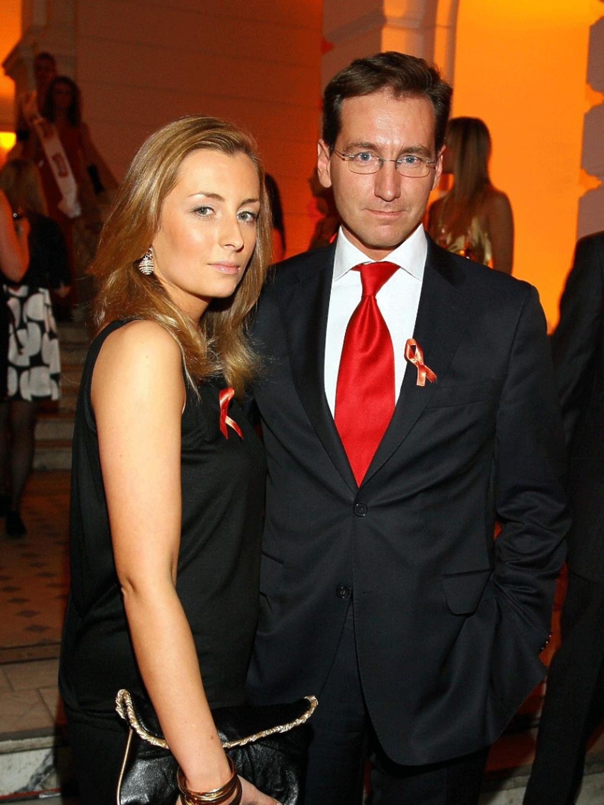 Piotr Kraśko w garniturze z czerwonym krawatem, Karolina Ferenstein z czarnej sukni