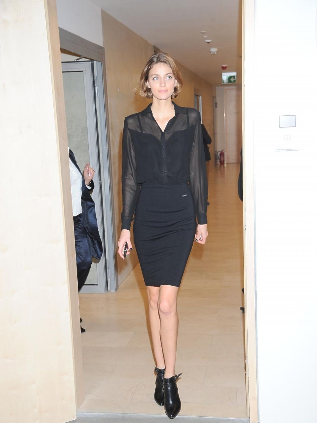 Renata Kaczoruk w czarnej sukience na wystawie