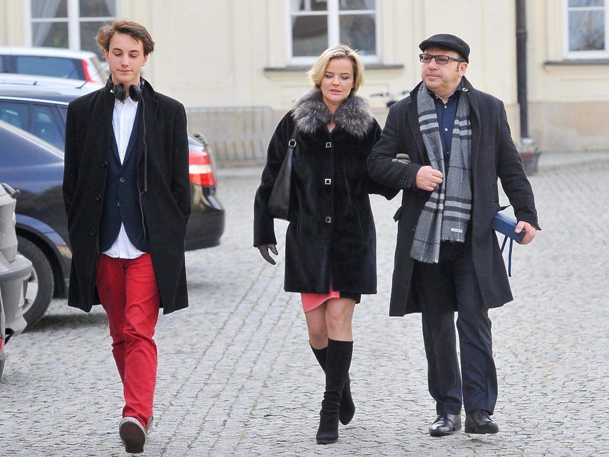 Zbigniew Zamachowski wychodzi z Ministerstwa Kultury z żoną Moniką Zamachowską i synem Antonim
