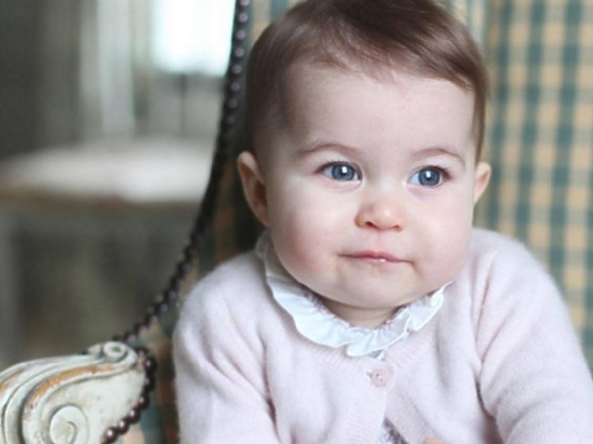 Księżniczka Charlotte w różowym sweterku i kolorowej sukience