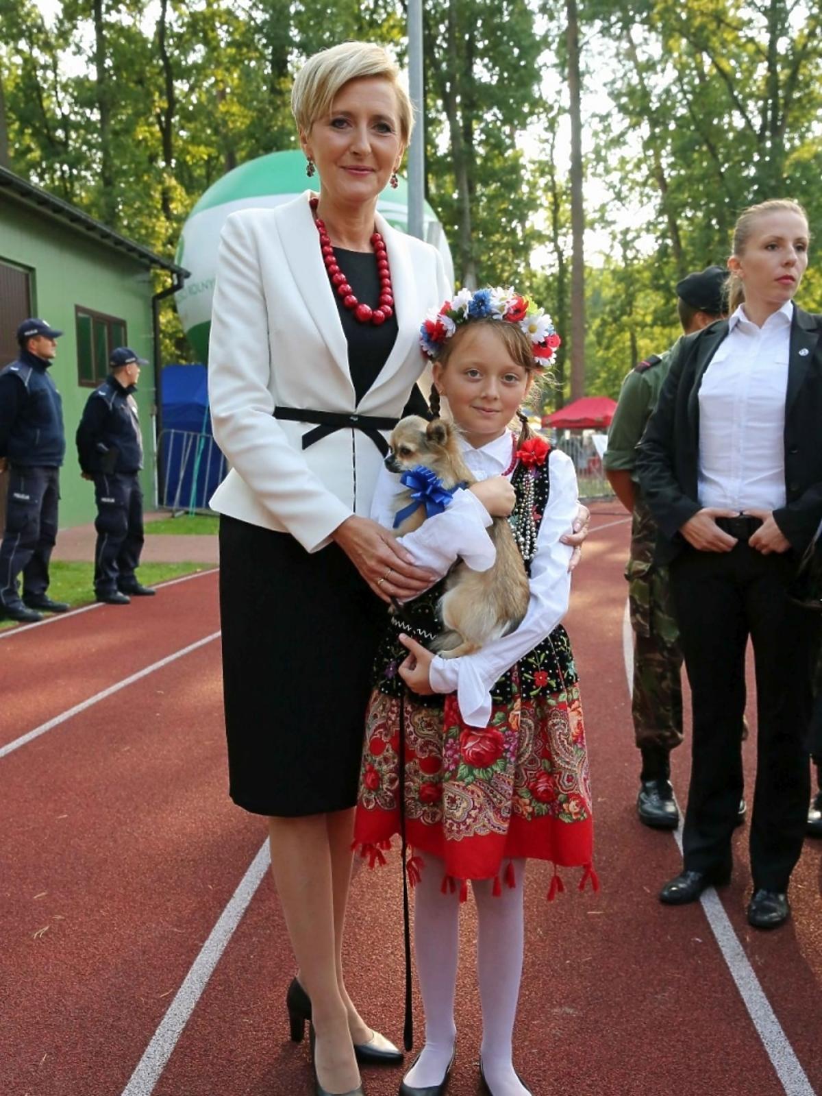 Agata Duda w czarnej sukience i białej marynarce
