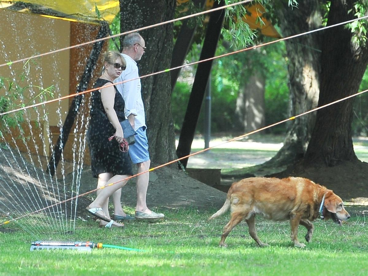 Agnieszka Pilaszewska na spacerze z psem