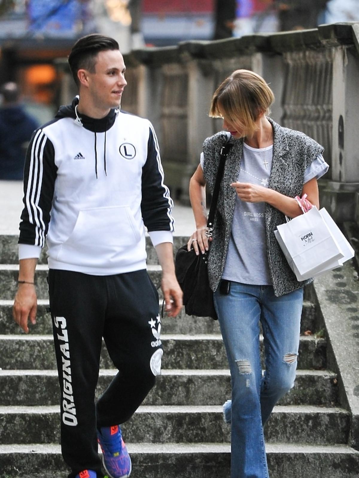 Agnieszka Szulim w kamizelece i dżinsach na ulicy