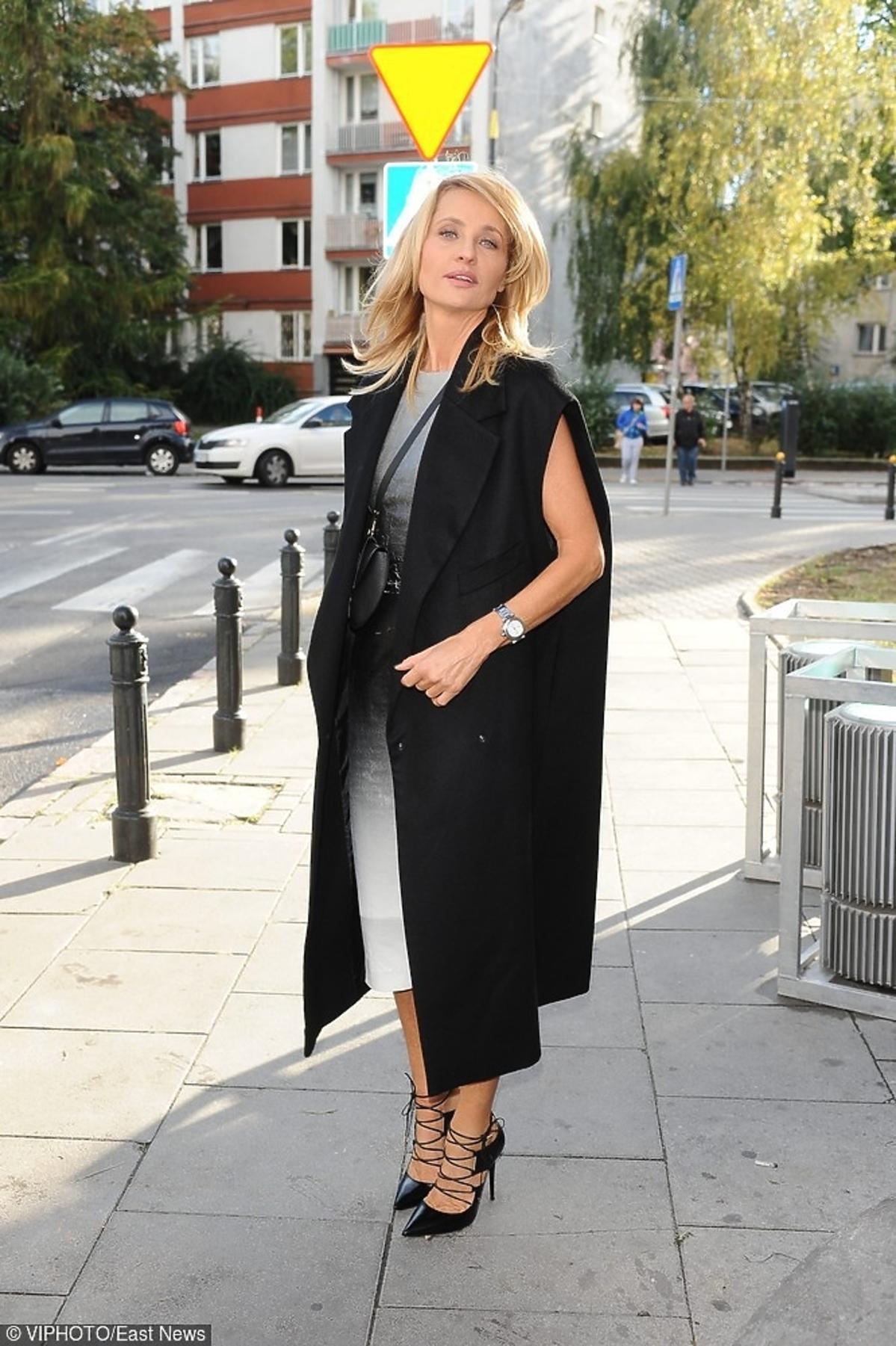Aneta Kręglicka w długiej czarnej maizelce na ulicy
