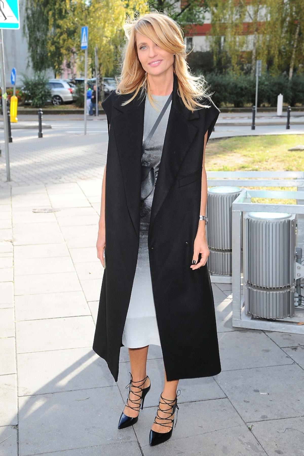 Aneta Kręglicka w szarej sukinece, czarnej kamizelce na ulicy