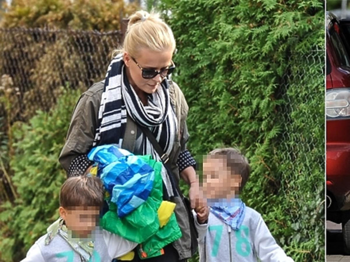 Aneta Zając w szaliku z krate i okularach przeciwsłonecznych na ulicy z synami w szarych dresach