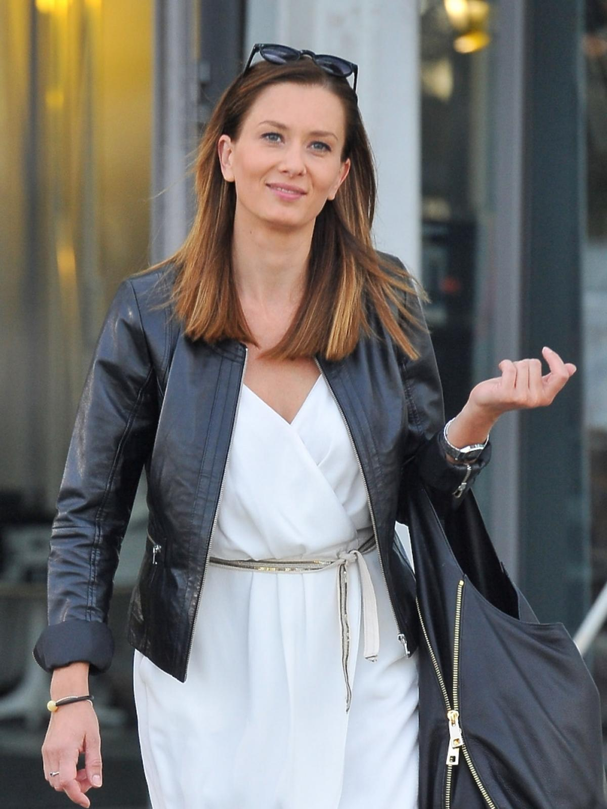 Anita Sokołowska w białej sukience