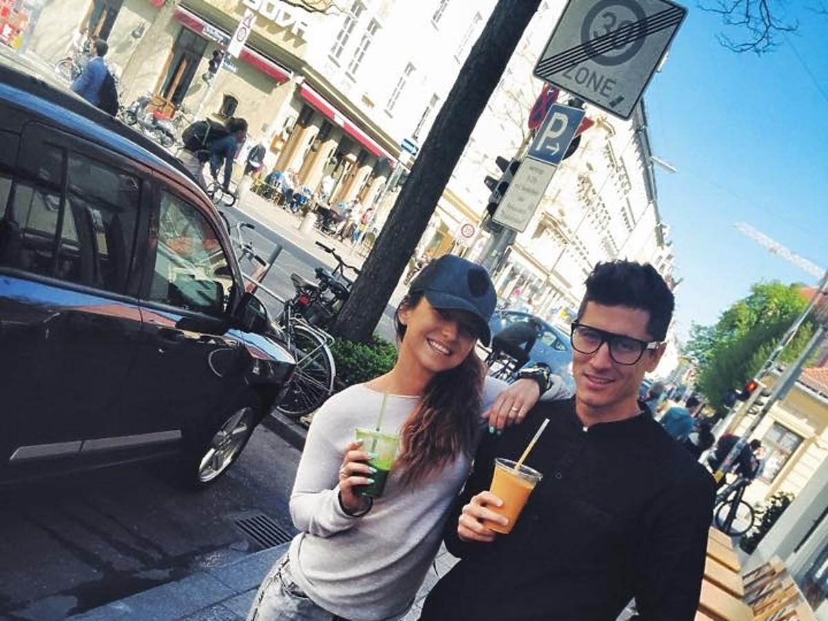 Anna Lewandowska i Robert Lewandowski na spacerze
