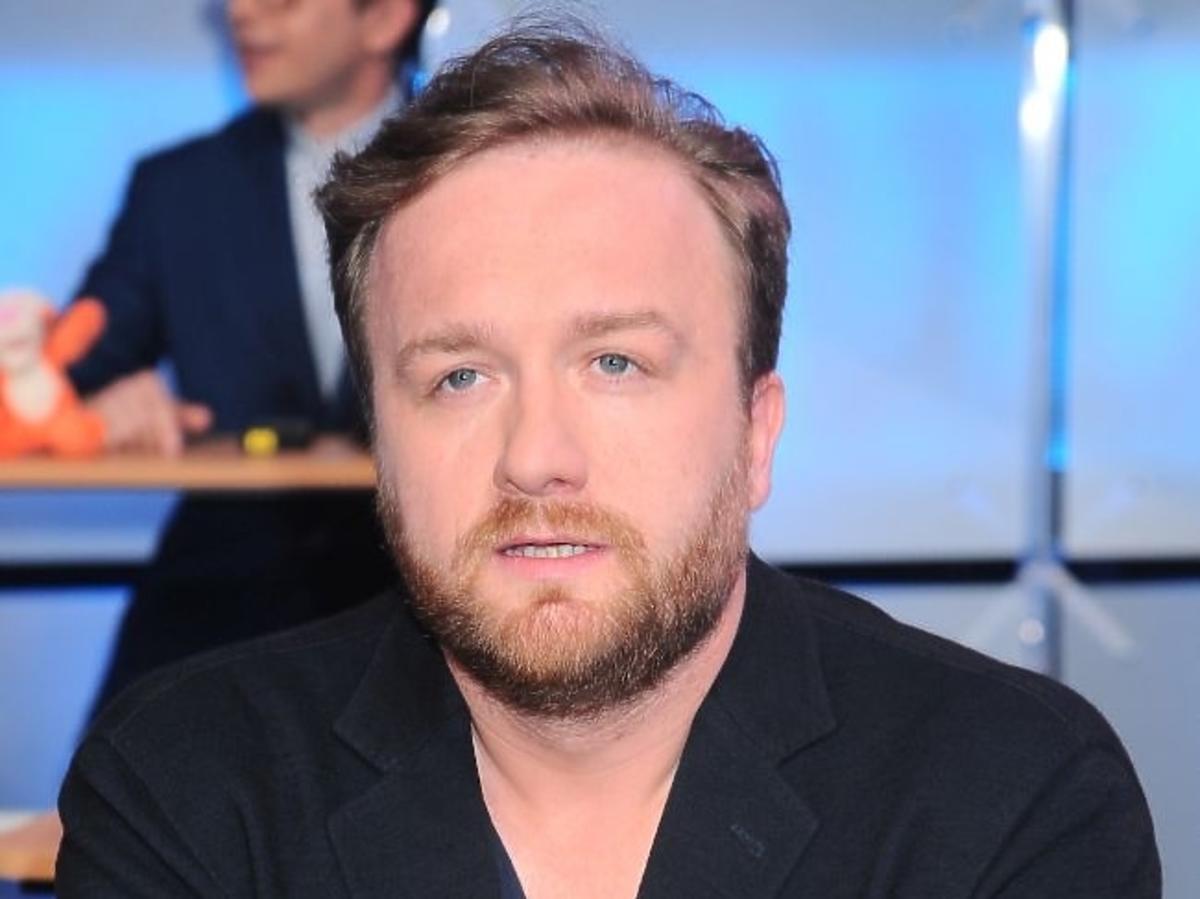 Bartek Kasprzykowski w Telewizji Publicznej w czarnej marynarce