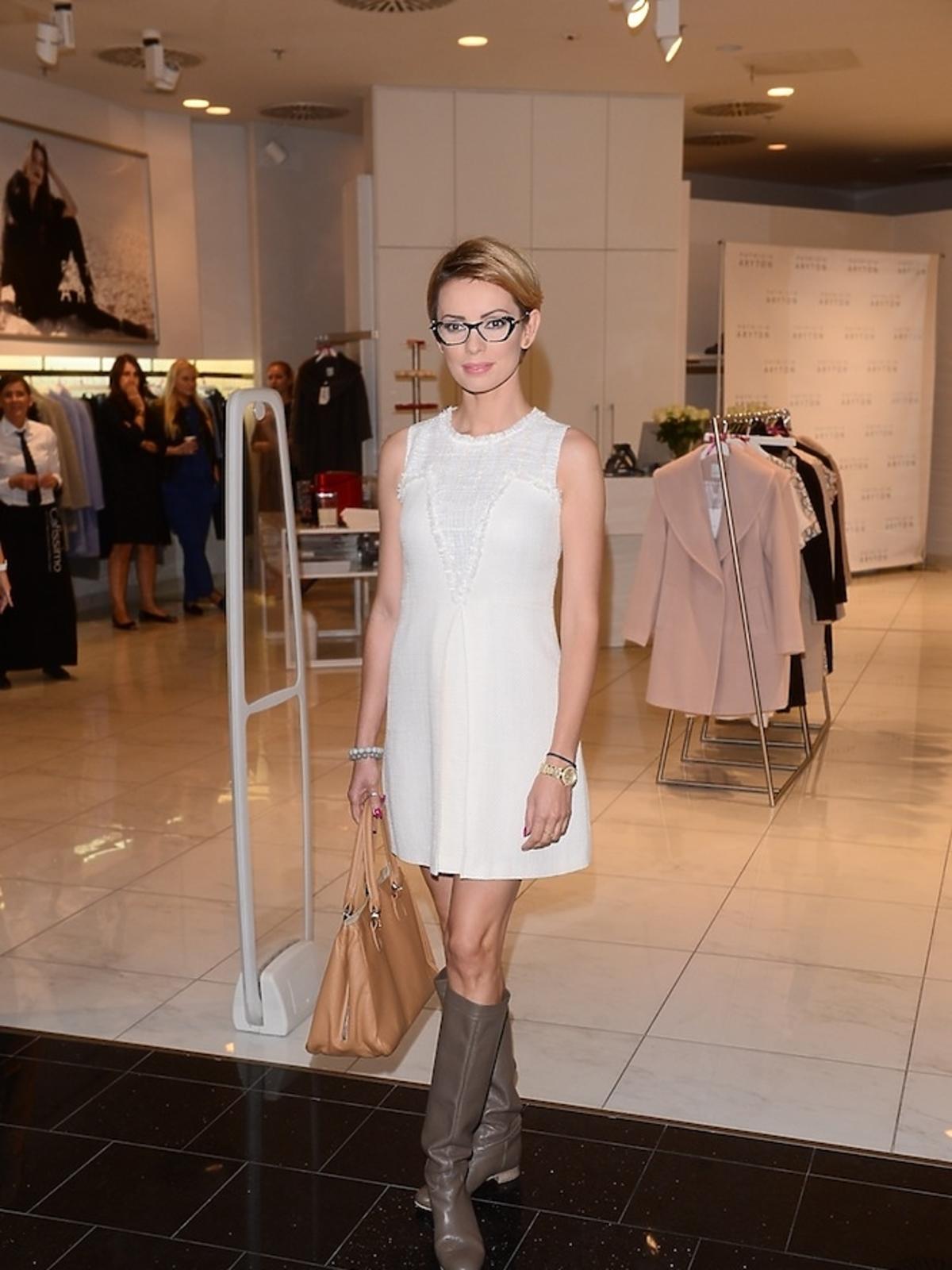 Dorota Gardias w białej sukience i beżową trobą