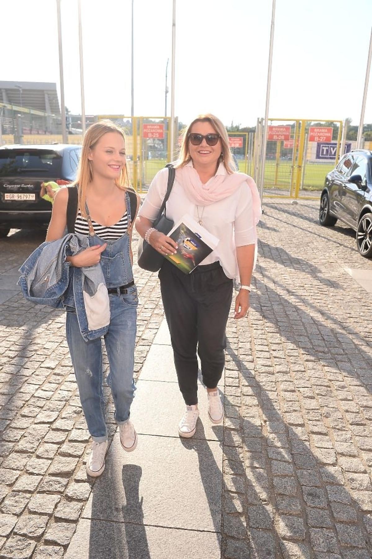 Dziewczyna Antka Królikowskiego Kasia Sawczuk z jego mamą Malgorzatą Ostrowską-Królikowską na meczy TVP kontraTVN