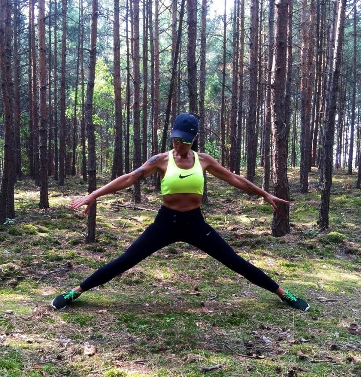 Ewa Minge podczas ćwiczeń w lesie