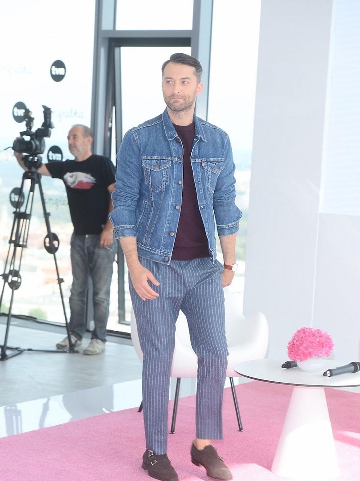 Filip Bobek w fioletowej koszulce