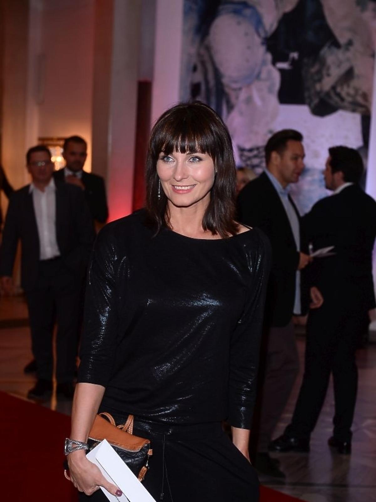 Ilona Wrońska w połyskującym czarnym kombinezonie na czerownym dywanie