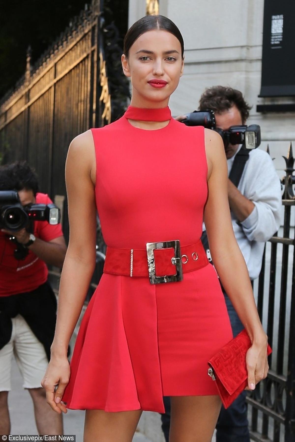 Irina Shayk w czerwonej sukience z czerwoną torebką