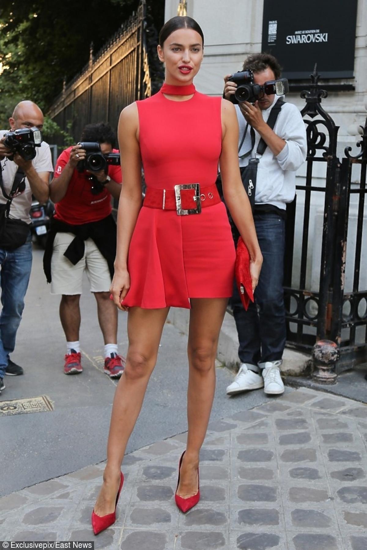 Irina Shayk w czerwonej sukience z czerwoną torebką w czerwonych szpilkach
