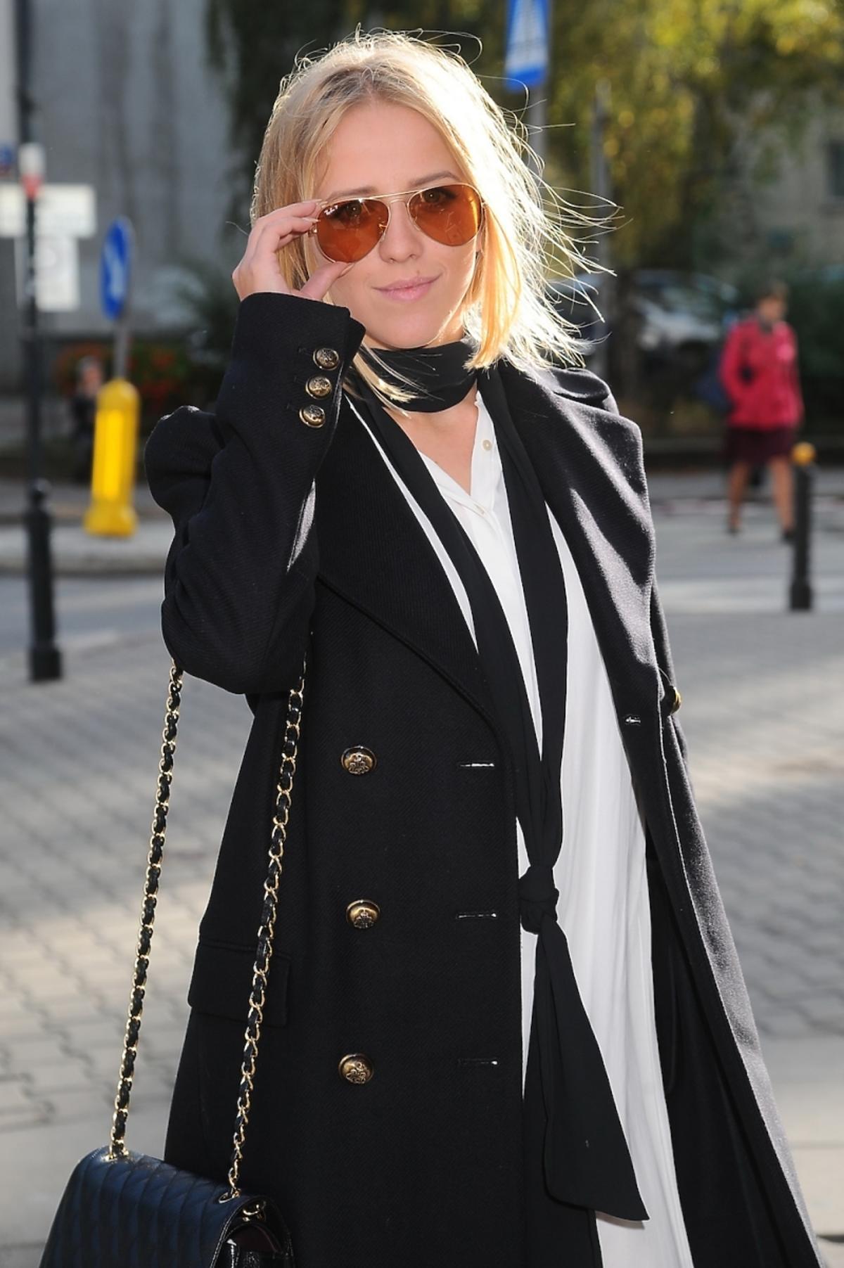 Jessica Mercedes w białek sukience, czarnym płaszczu,  w okularach