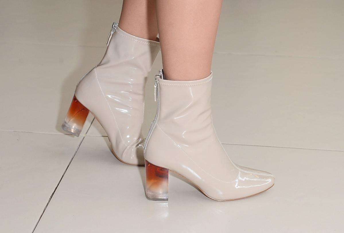 Jessica Mercedes w lakierowanych beżowych botkach na obcasie