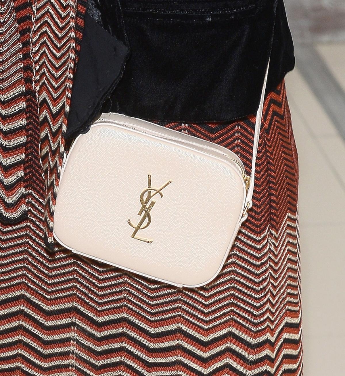 jessica Mercedes w sukience w kolorowe printy, ciekim szaliku, czarnej kamizelce w  beżowej torebce na długim pasku