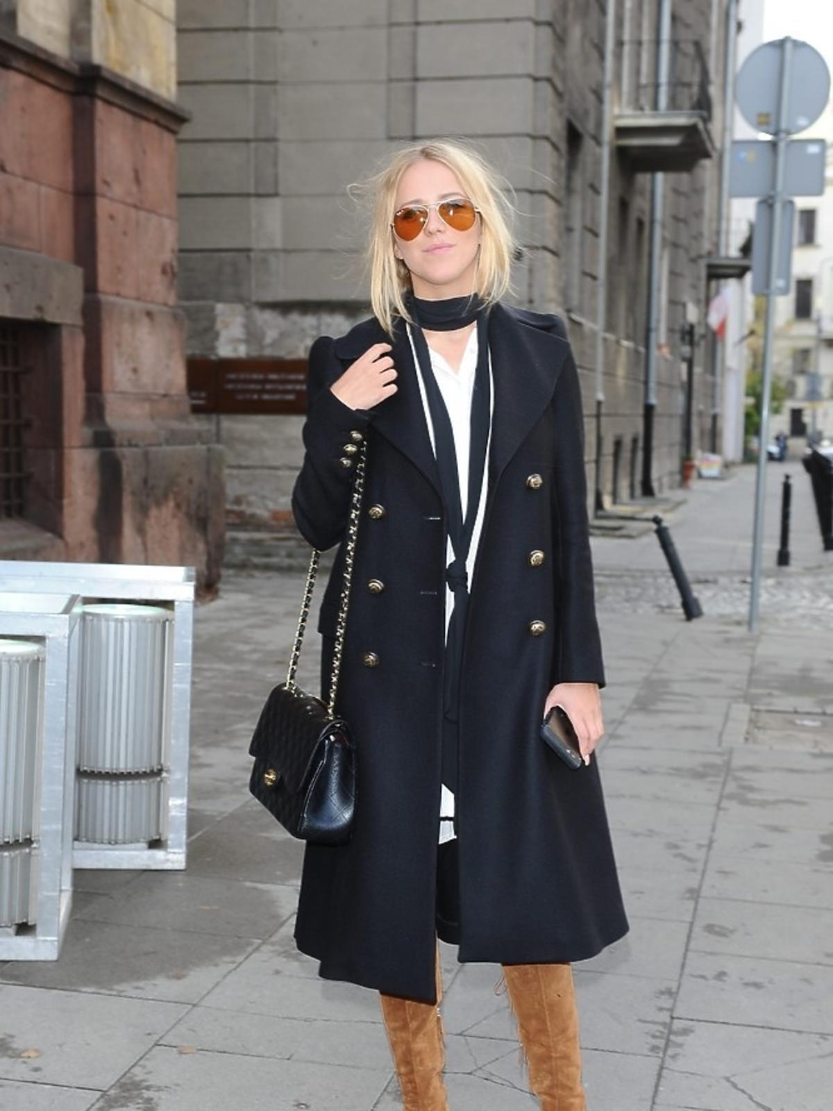 Jessica Mercedes w szarnym plaszczu i brazowych zamszowych kozakach i czarnej apaszce na ulicy