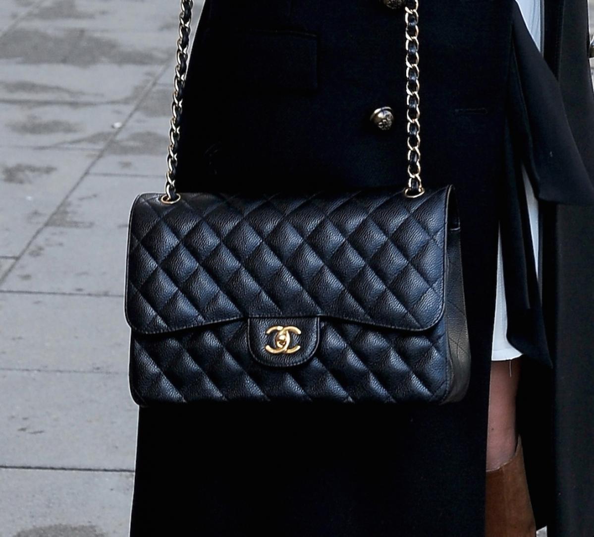 Jessica mercedes z czarną torebą pikowaną chanel