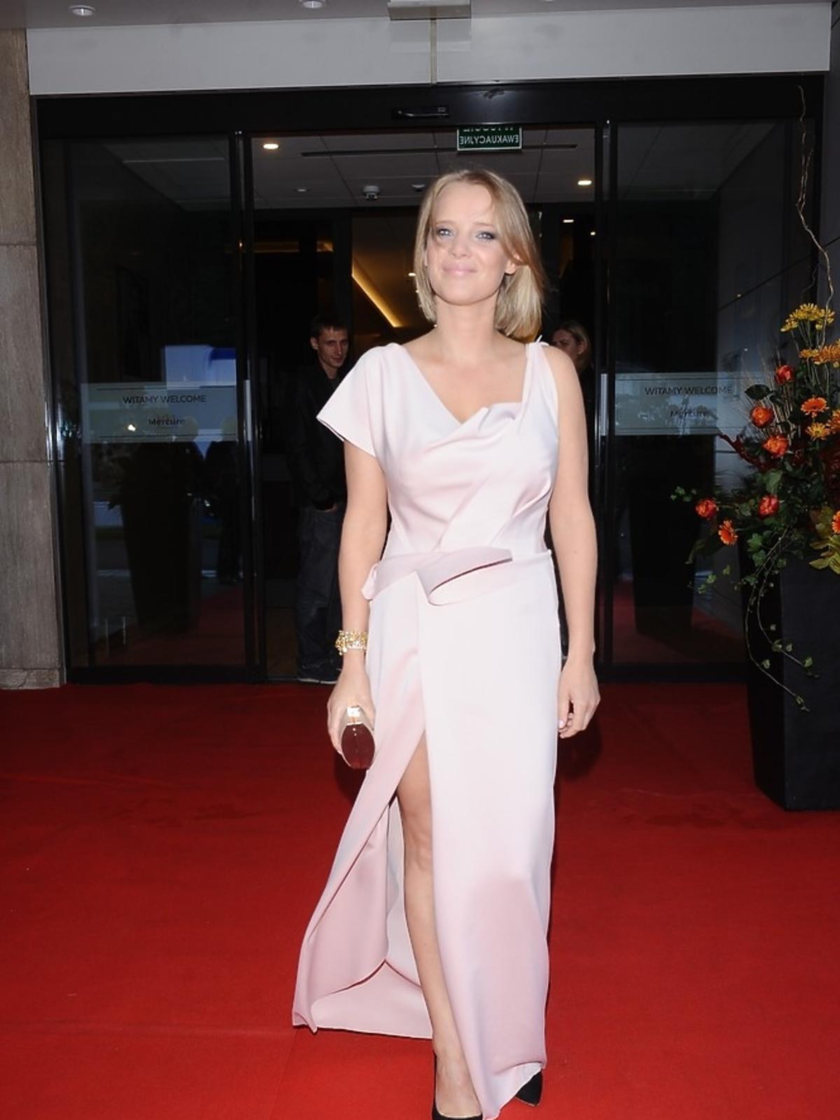Joanna Kulig w beżowej sukience