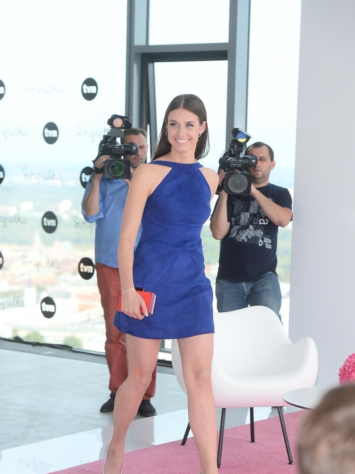 Julia Kamińska w kobaltowej sukience
